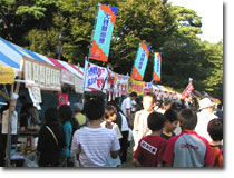この祭りの楽しみの一つは地元のお店や団体が出店する模擬店です。