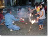 日が暮れれば子供達が楽しみにしていた花火の開始